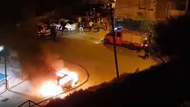Carro pega fogo junto a parque infantil em Lisboa; veja