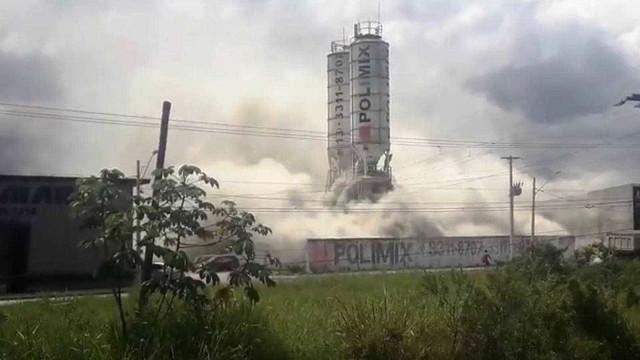 Nuvem de fumaça vinda de fábrica de cimento assusta; veja vídeo