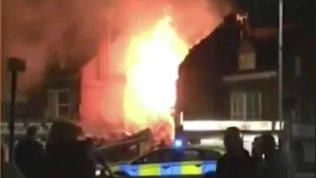 Explosão de grande porte em loja destrói prédio na Inglaterra