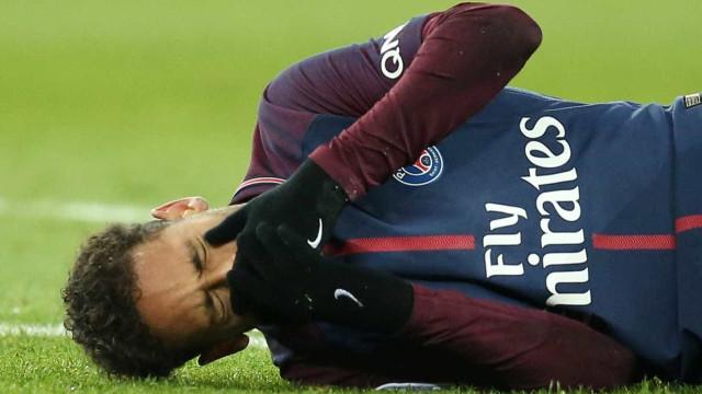 Neymar se machuca em jogo do PSG e deixa o gramado chorando; veja