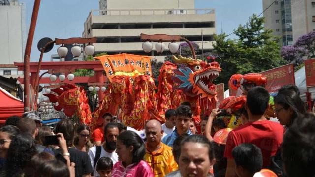 Imigrantes comemoram Ano Novo chinês no bairro da Liberdade, em SP