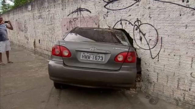 Carro bate e fica preso em muro em Fortaleza, deixando 6 feridos