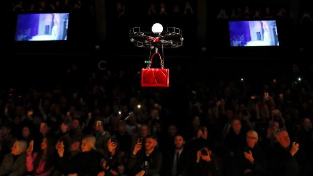 Modelos são trocadas por drones em desfile de grife de bolsas