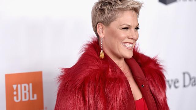 Pink interrompe show para consolar fã que perdeu a mãe