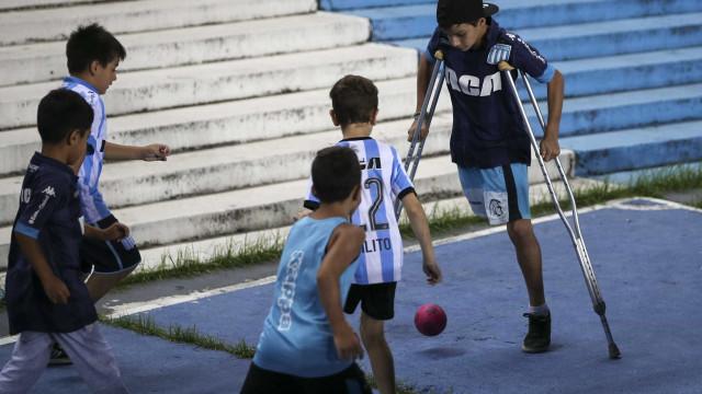 Mágico: sem uma perna, menino joga futebol na 'geral' do Racing
