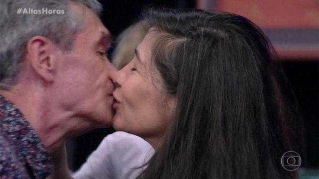 """Em momento raro, Serginho Groisman beija a mulher no """"Altas Horas"""""""