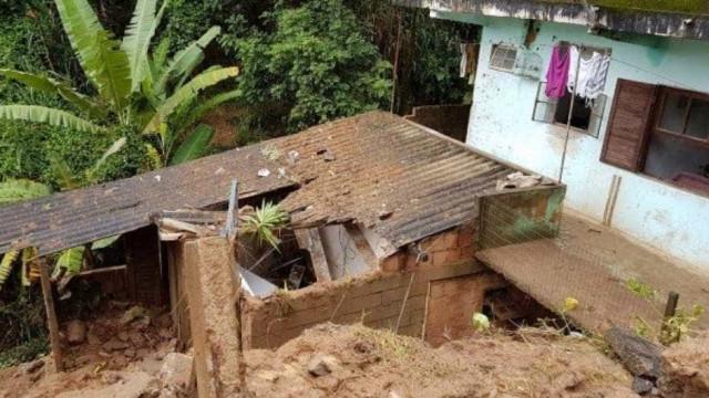 Criança morre soterrada em deslizamento de terra em Petrópolis, no RJ