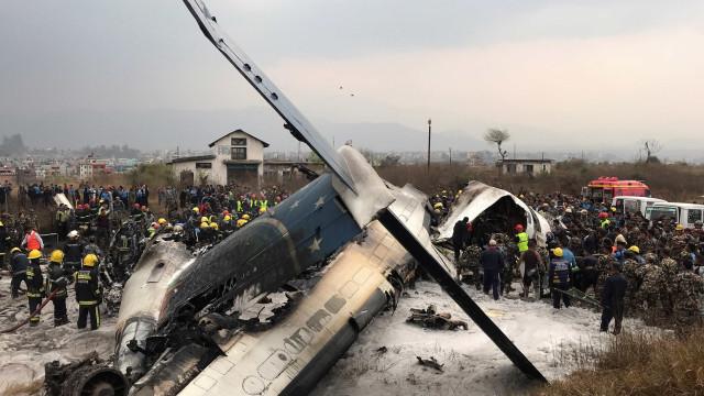 Queda de avião mata ao menos 50 pessoas no Nepal