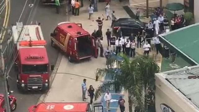 Motorista perde controle de carro, invade galeria e deixa feridos