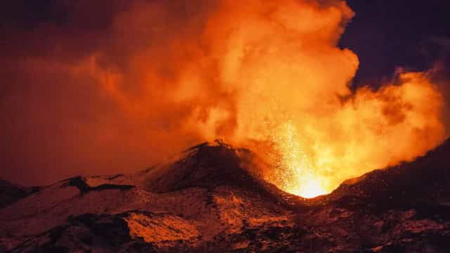 Vulcão Shinmoedake entra em erupção no Japão