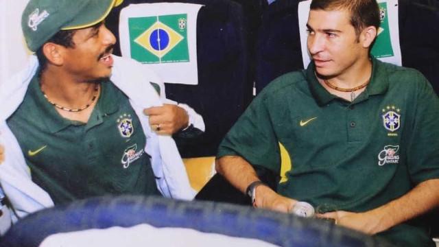 Pentacampeão em 2002, Vampeta comemora 44 anos; relembre sua carreira