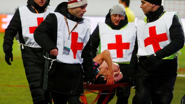 Filipe Luís se machuca, sai de maca e preocupa Tite