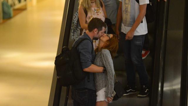 Luiza Possi troca muitos carinhos com namorado em shopping no Rio