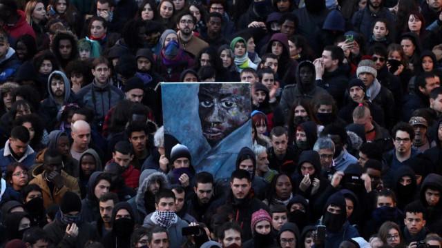 Tensão em Madri após morte de senegalês gera confrontos com a polícia