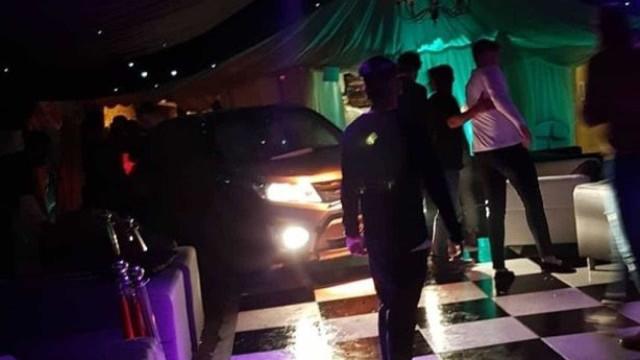 Homem expulso de festa invade boate com carro