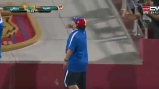Maradona 'enlouquece' após gol aos 54' e xinga própria torcida