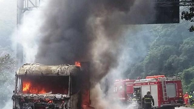 Caminhão de soja pega fogo e bloqueia circulação na rodovia Anchieta