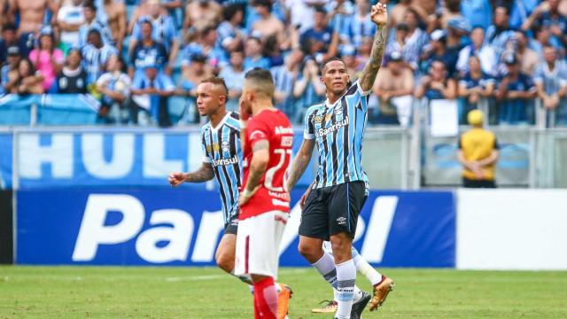 Grêmio faz 3 a 0 no Inter, quebra jejum em casa e fica perto da semi