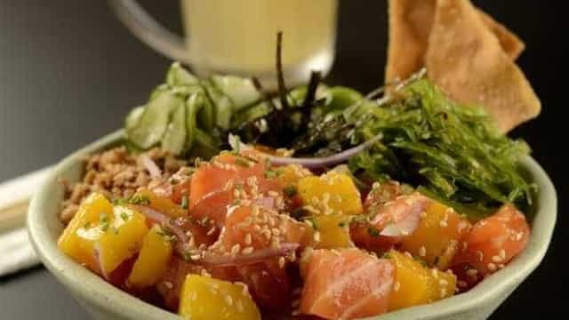 Brasil e Havaí numa receita de poke tropical de salmão