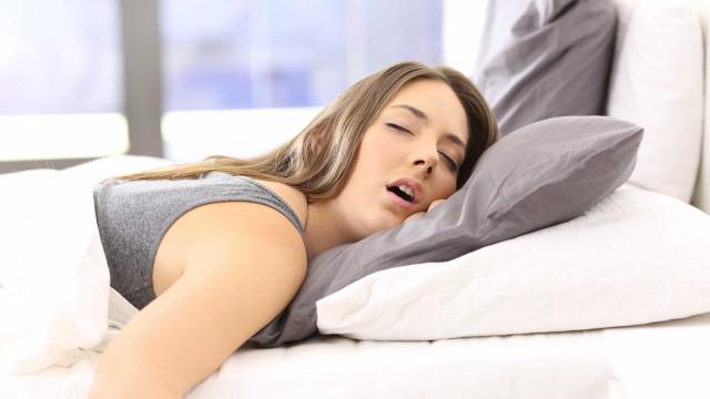 Sabia que a posição na hora de dormir revela traços da personalidade