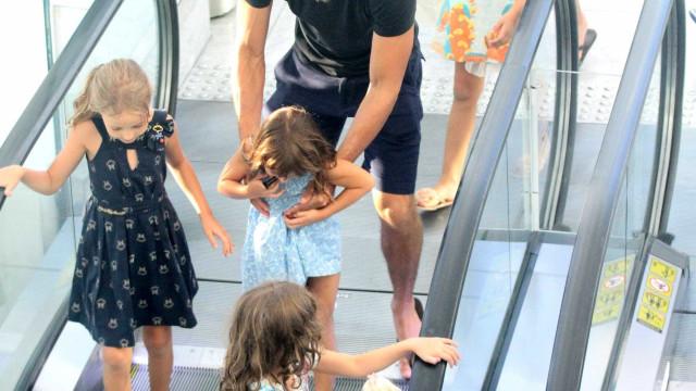 Solteiro, Cauã Reymond passeia com a filha e amigas em shopping no Rio