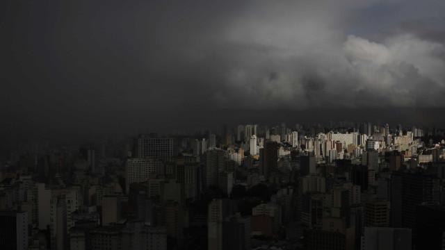 Chuva forte alaga ruas, provoca bloqueios e deixa dois mortos em SP