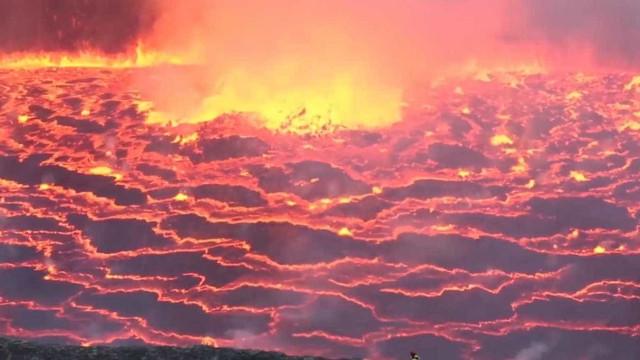 Aventureiros exploram vulcão ativo no Congo