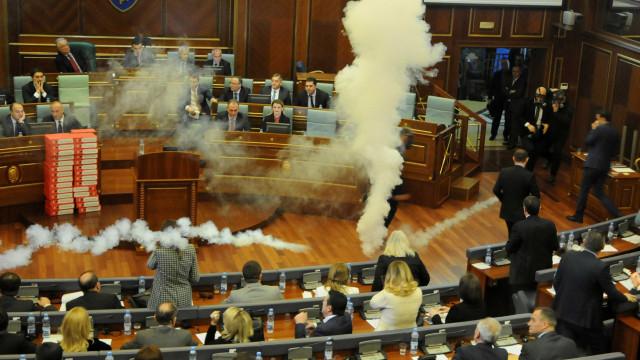 Gás lacrimogêneo interrompe votação no parlamento do Kosovo