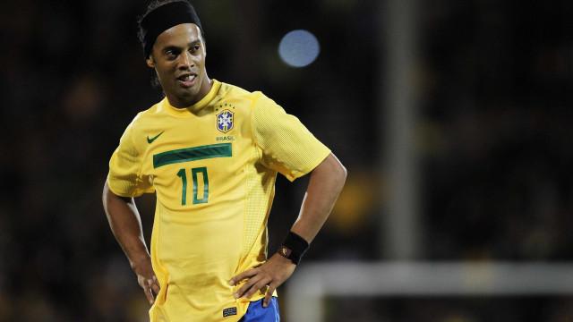 Ronaldinho completa 38 anos e recebe homenagens do mundo da bola