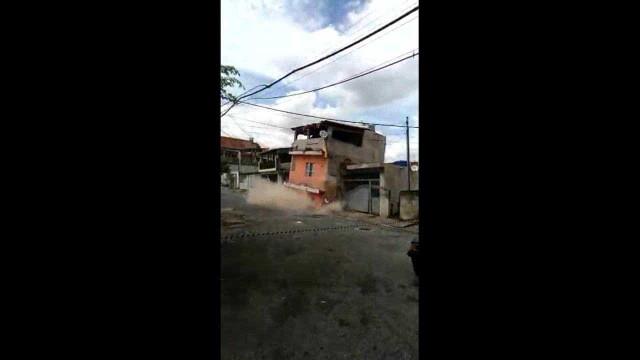 Sobrado de três andares desaba em Osasco; vídeo