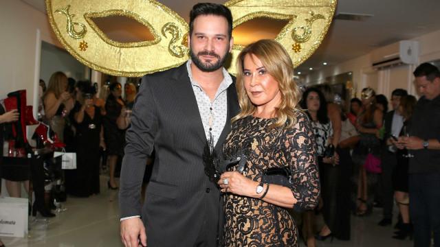 Zilu Camargo aparece com namorado bonitão em baile de máscaras