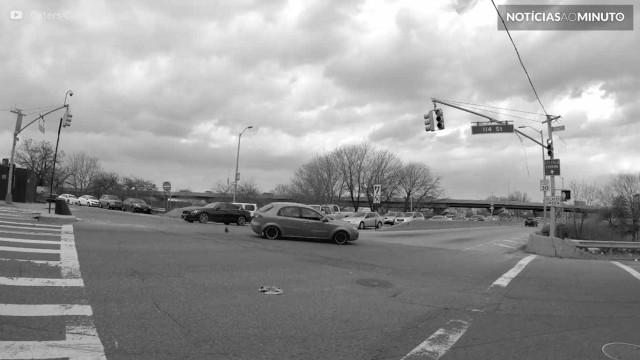 Pedestre filma colisão em cruzamento de Nova York