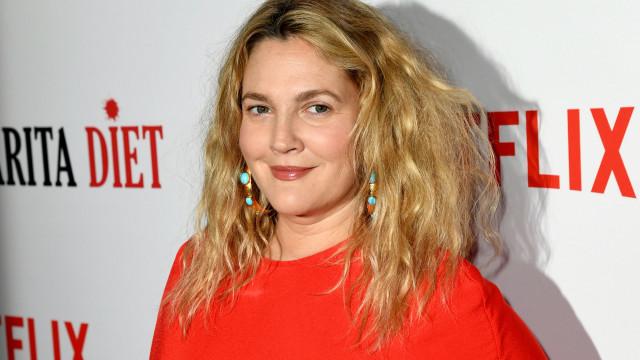 Drew Barrymore diz que cirurgias plásticas viciam tanto quanto heroína