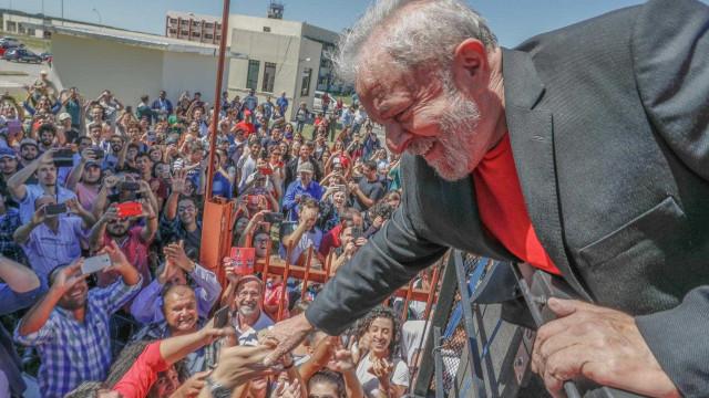 Caravana de Lula é atacada com pedras e ovos em Santa Catarina