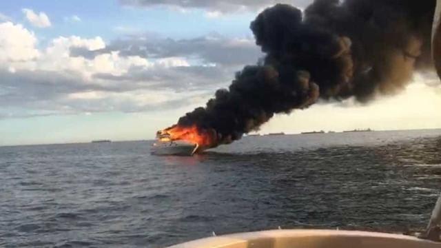 Lancha pega fogo e afunda em frente a praia no litoral de SP