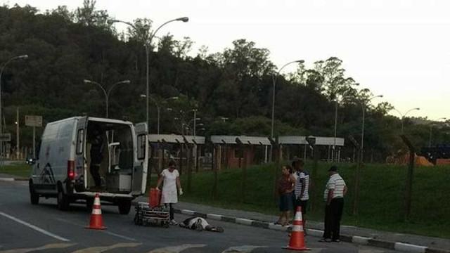 Paciente quebra vidro de ambulância e cai em avenida