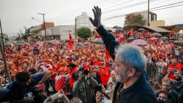 Casal com ovos é expulso por militantes petistas de ato em Curitiba