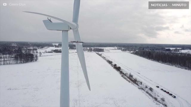 Turbinas eólicas são descongeladas com ajuda de drone