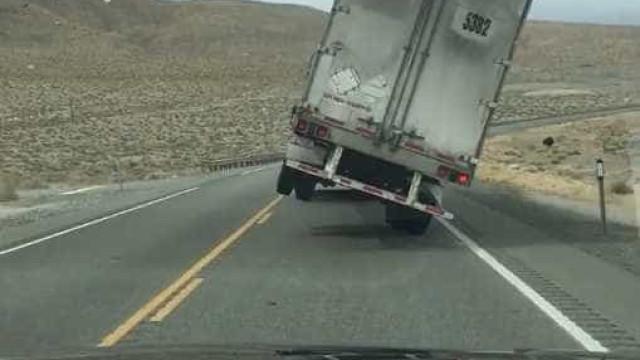 Vento forte derruba caminhão nos EUA