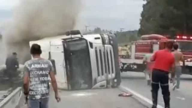Caminhão carregado de doces tomba e mata duas crianças em SP