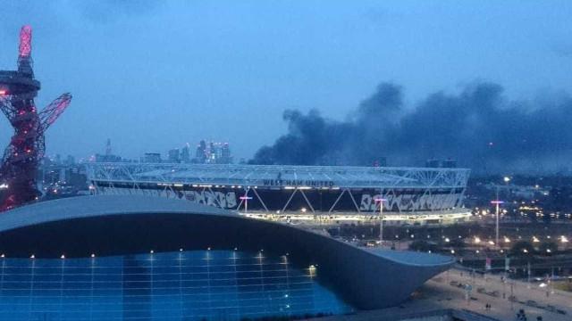Forte incêndio atinge edifício próximo ao Estádio Olímpico de Londres