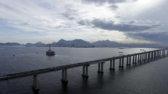 Ladrões roubam carro e fazem reféns na Ponte Rio-Niterói