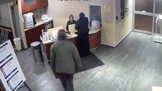 Jovem muçulmana é agredida em hospital dos EUA; assista