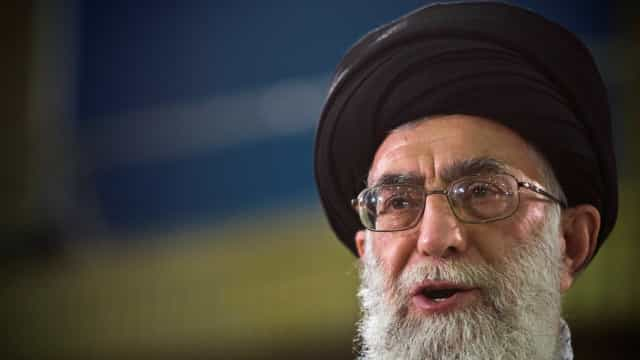 Líder supremo do Irã proíbe negociação com os EUA, mas descarta guerra