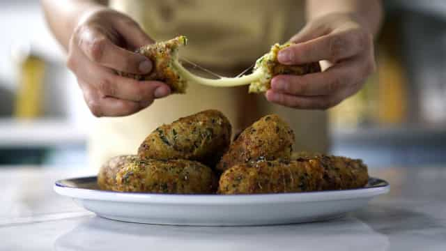 Aproveite as sobras! Faça bolinho de arroz com queijo e espinafre