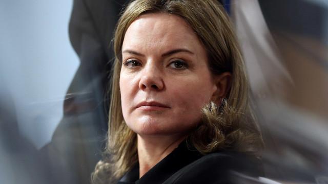 Bolsonaro fala mal do PT para não falar do Queiroz, diz Gleisi