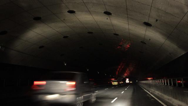 Ação policial deixa sargento da PM morto e fecha túnel no Rio