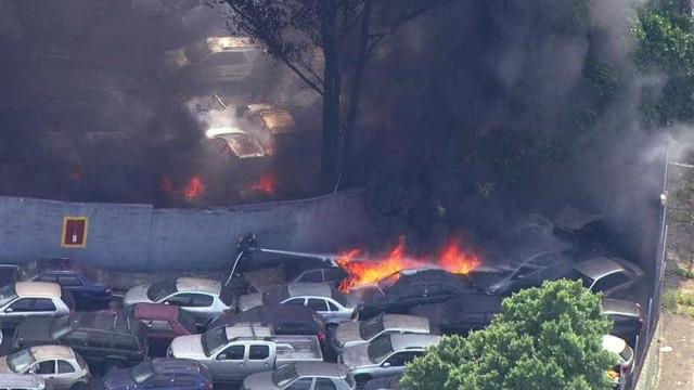 Incêndio de grandes proporções atinge carros no pátio da CET, em SP