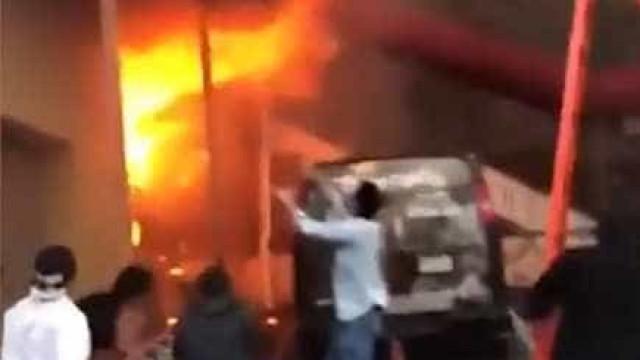Jovens pulam de varanda nos EUA para fugir de incêndio devastador