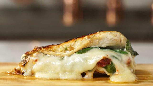 Saboroso: frango recheado com queijo e espinafre